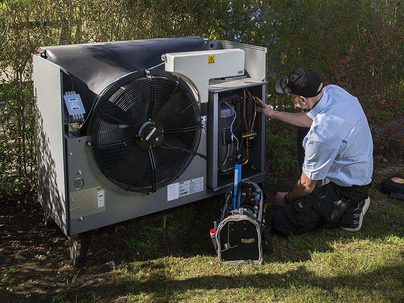 Gastech-Energi medarbejder servicerer luft til vand varmepumpe