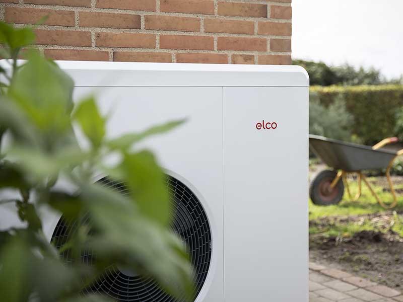 ELCO luft til vand varmepumpe monteret på væg i have