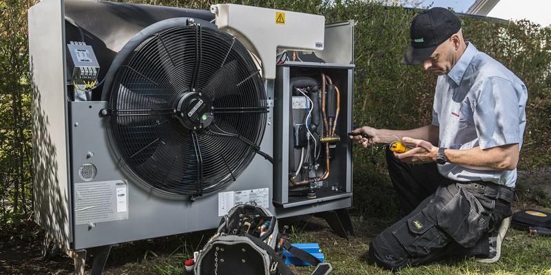 Servicemontør udfører årligt eftersyn af CTC EcoAir 520M varmepumpe